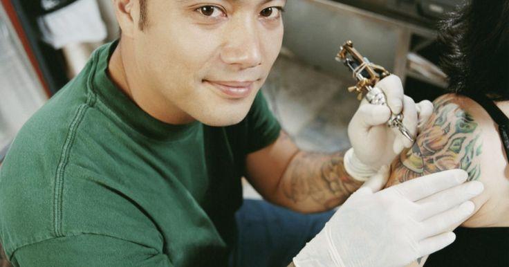 Como esterilizar equipamento de tatuagem sem autoclave. Para impedir a propagação de doenças e infecções, os equipamentos de tatuagem precisam ser esterilizados antes e depois de cada vez que são utilizados. O meio mais seguro e confiável para fazer isso é colocar as peças em uma autoclave, aparelho que produz níveis extremos de pressão e calor para destruir agentes contaminantes. Entretanto, ...