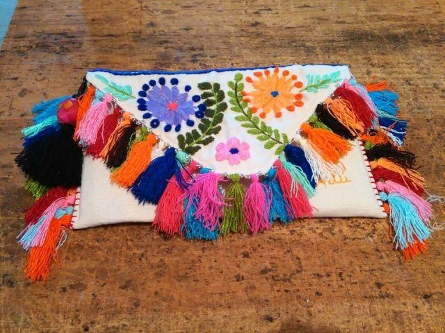 Www.artesaniasmarymar.com  Clutch mexicano bordado a mano, modelo Chiapas pluma