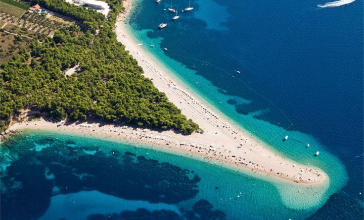"""Das Goldene Horn gilt als der beliebteste Badestrand Kroatiens. Die von Wind und Wellen geformte, sichelförmige Landzunge ragt etwa 500 Meter ins Meer hinein. Neben Badeurlaubern versammeln sich dort auch Windsurfer – außerdem haben Drachenflieger die Möglichkeit vom direkt dahinterliegenden Berg """"Vidova Goras"""" zu starten. #Kroatien #Brac #Beach"""
