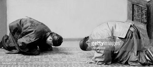 Kotau im Kaiserreich China als Ausdruck von Ehrerbietung und Unterwerfung. Der Grüßende wirft sich in entsprechendem Abstand zu dem zu Begrüßenden nieder und berührt mehrmals mit der Stirn den Boden.- 1901veröffentlicht: Berliner Illustrirte Zeitung BIZ 38/1901, Praktische Berlinerin 15/1912Foto: Georg Busse