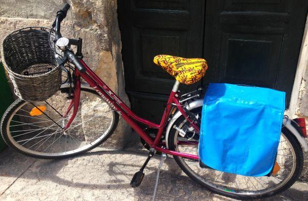 Voilà une bonne idée pour personnaliser ton vélo : faire une jolie housse pour la selle. Hop in!