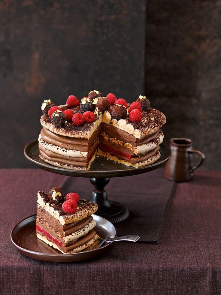 Schokoladen-Trüffel-Torte mit Baiser und Himbeeren. Chocolate truffle cake with meringue and raspberries. © Maike Jessen für Lisa Kochen und Backen 12/2014