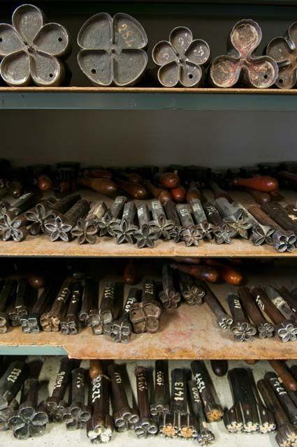 Anne Laure Camilleri (©2010 annelaurecamilleri.com) Emporte pièces en fonte rangés dans l'atelier.
