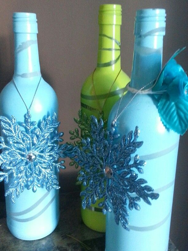 Wine bottle craft - wrap bottle in rubber bands and spray paint, remove bands after it dries, add snowflake ornaments. I love this in blue but could use any color scheme. Beautiful winter / Christmas decor.