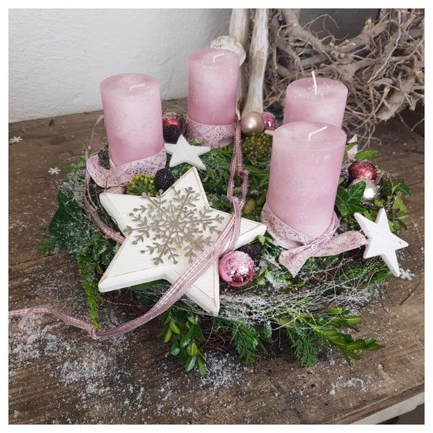 Leuchtend weiß der Stern, geliebt von Koniferen und Buchs, umschmeichelt von Reben Im Kerzenschein hat sich alles vereint zu einem Adventskranz. Auf einem Rebenkranz sitzt ein Mooskranz mit...
