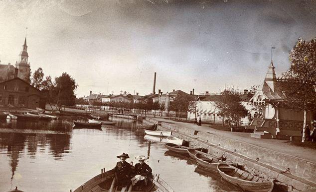 Oikealla oleva koristeellinen vesikioski lienee Rauman ensimmäisiä kivijalkakioskeja Kuva: Rauman museon kokoelmat