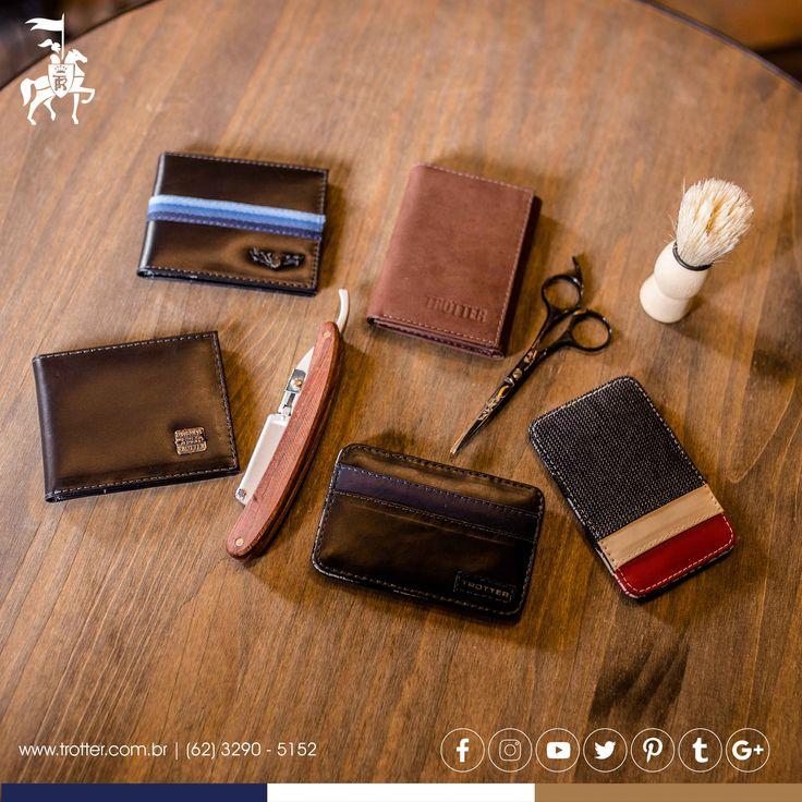 Carteiras de Couro: As pessoas só devem vê-la quando sair do seu bolso. Porém, homens elegantes tem carteiras elegantes e mesmo escondidas elas devem ser da mesma cartela de cor/ couro que seus demais acessórios.