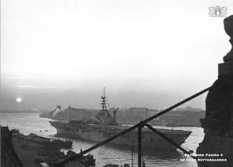 De Nieuwe maas met in het midden het vliegdekschip Karel doorman 1950