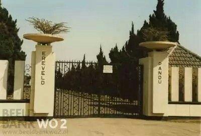 De ingang van het 'Ereveld Pandu' bij Bandoeng Indonesië. Hier liggen 4.000 Nederlandse oorlogsslachtoffers en militairen begraven. Zij stierven in de Japanse kampen. : 1945 - 1950