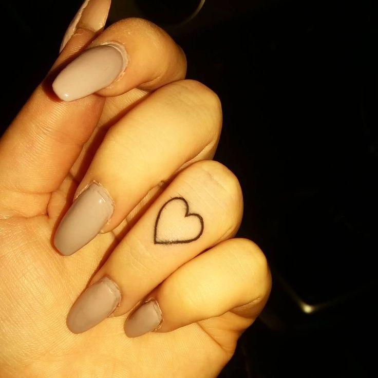 #tattoo #fingertattoo #loveheart #love #ringfinger #tattooedgirls #girlswithpiercings #girlswithtattoos