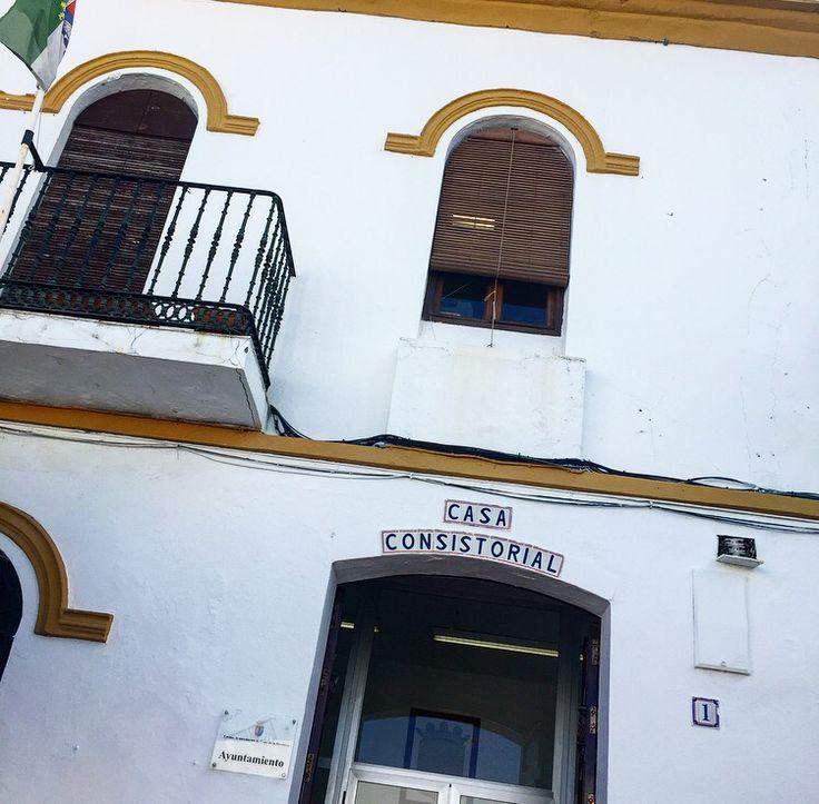 Lovers,  Ya estoy de vuelta. Hace unos días andaba inmersa en papeleos y burocracia para intentar conseguir que se normalicen las bodas en la playa, en la Provincia de Cádiz, debido a todas las solicitudes que recibimos a diario...y como cuando una puerta se cierra, se abren 33 (repito), recibo una llamada del Ayuntamiento de Conil porque el Alcalde quería reunirse conmigo.  Y ha sido una reunión muy productiva y resolutiva. Agradezco en el alma, el tiempo...  Lee más en Facebook: Love-bodas