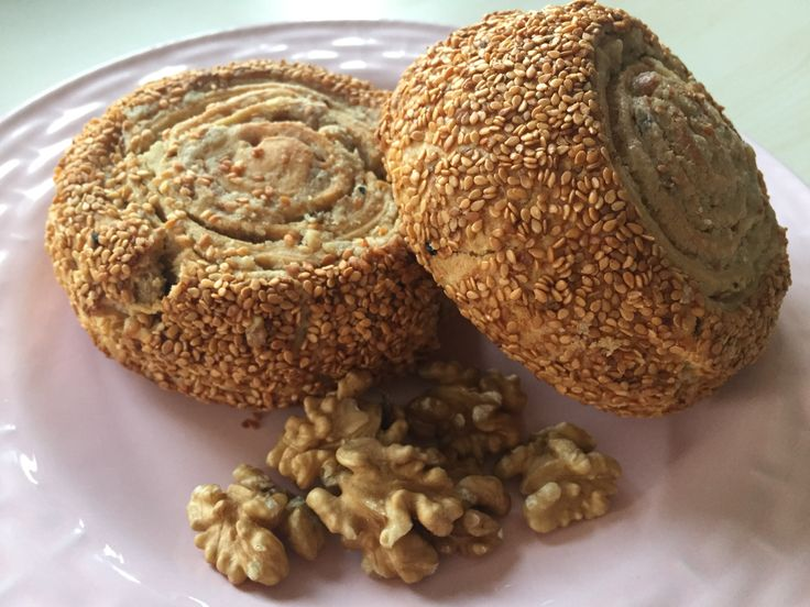 Süper Bursa lokumu tarifi dışı susam, içi ceviz ve tahinli sosun nefis mayalı hamura sarılarak yapıldığı bursa lokumu tarifi yumuşacık bir çörek tarifidir.