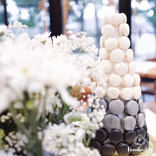 BW ombre macaron tower ⚫️⚪️ #handkerchiefid . . . . #totoro#totoroparty#totorobirthdayparty#tablesettingbandung#tablesetting#tablesettingjakarta#dekorasiulangtahun#tabledecorjkt#tabledecorbandung#explorebandung#bandungfoodies#eventstylist#eventstylistbandung#eventstylistjakarta#infobdg#explorejakarta#birthdayparty#birthdaydecoration#cafebandung#caferestobdg#partyideas#flowers#whiteaddict#whiteinframe#macarons#macarontower#dessert#cafebandung#tablesetbandung#iklanbandung