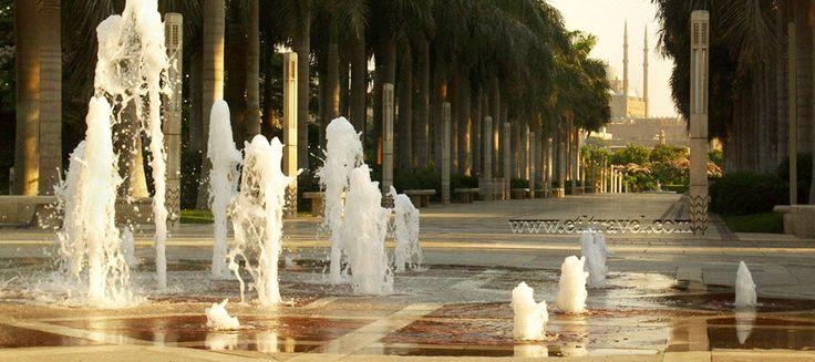 El parque, desarrollado con un costo superior a 30 millones de dólares, fue un regalo del Aga Khan para El Cairo,5 6 tiene una extensión de 30 hectáreas y ocupa el espacio de un antiguo tiradero de basura.6 La ceremonia de inauguración se llevó a cabo el 25 de marzo del 2005, en presencia del Aga khan IV y de Suzanne Mubarak, esposa del entonces presidente egipcio Hosni Mubarak