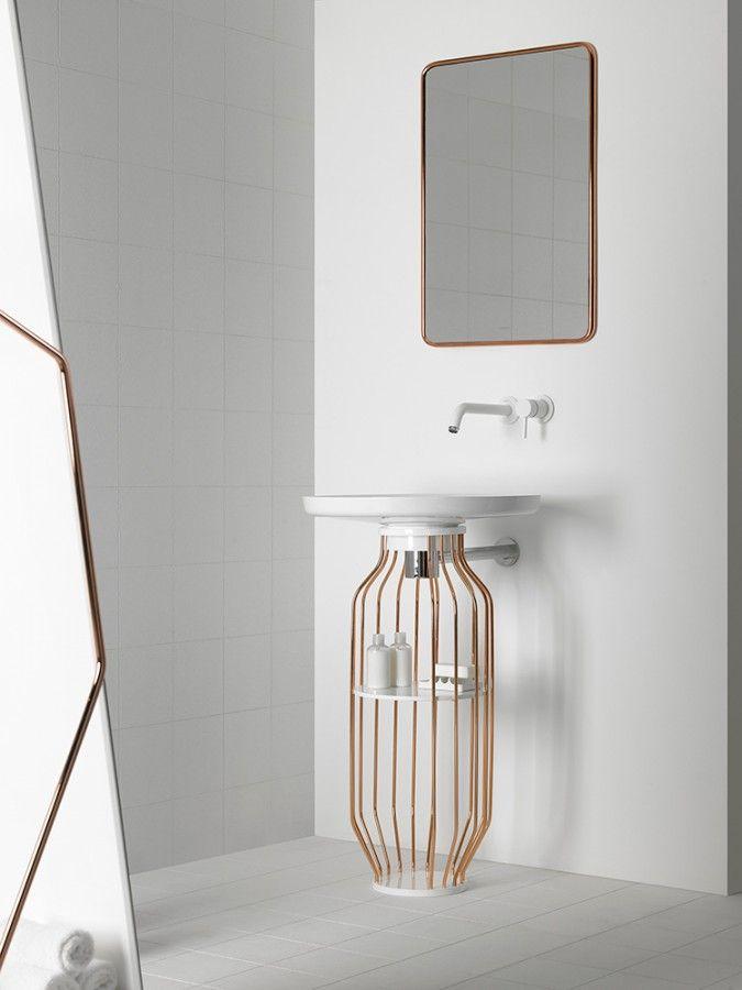 decorar lavabo con pie : decorar lavabo con pie:Bolw, ambiente compuesto por lavabo con pie con tubos de cobre, espejo