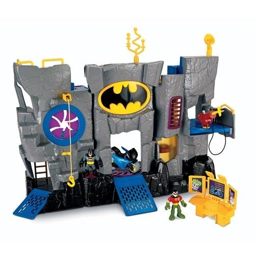 Contém: 1 Bat Caverna, 2 Figuras, 1 Moto e Acessórios Ponte levadiça com função giratória Elevador, uma prisão, porta de carregamento que abre e fecha, gancho de carregamento que levanta e abaixa Tudo pode ser dobrado para ficar mais fácil de brincar e guardar