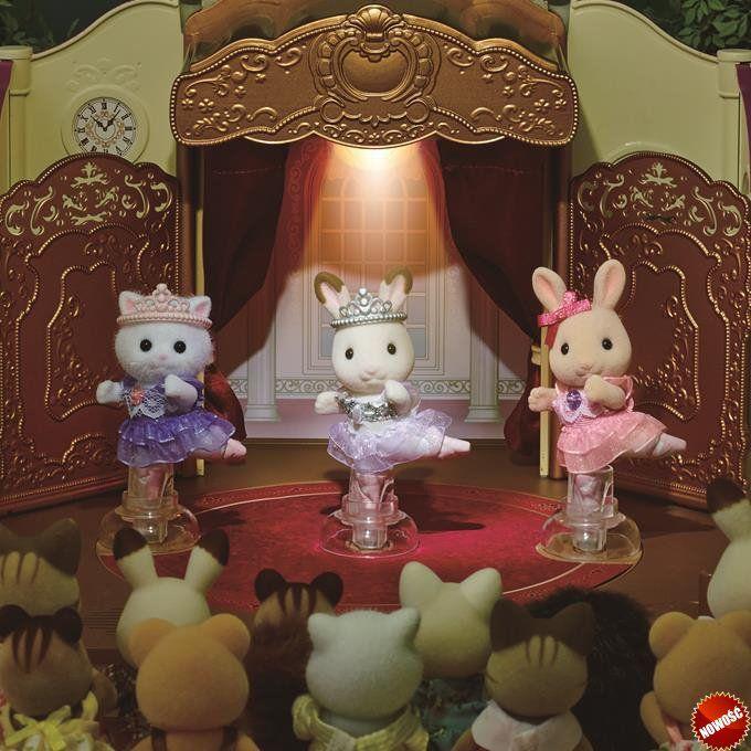#SylvanianFamilies Przedstawienie baletowe Teatr baletowy Sylvanian Families to urocza zabawka dla dzieci zawierająca figurkę dziewczynki Królika z Czekoladowymi Uszkami ubranej w baletki i spódniczkę baletnicy, dostępną wyłącznie w tym zestawie.