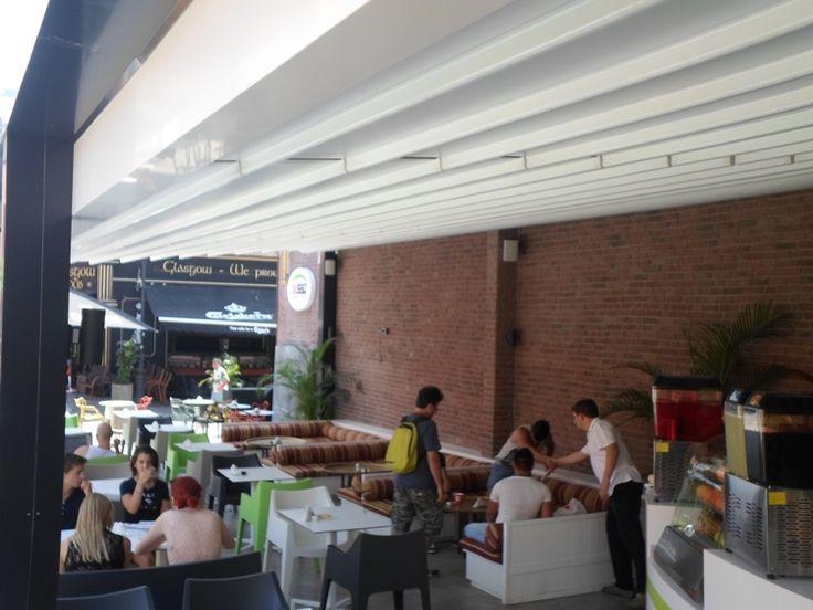 Pergole Med 85  Gibus pentru terasa restaurant libanez Al Saj. Locatie Centrul Vechi, Bucuresti, Romania. Imagine pergola si clientii fericiti restaurantului umbrit.