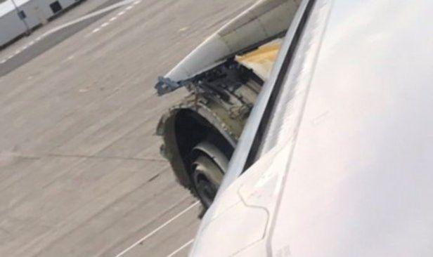 """Enjin rosak pesawat Air France mendarat cemas di Kanada   PARIS: Pesawat penumpang superjumbo A380 Air France dalam penerbangan dari ibu kota Perancis ke Los Angeles terpaksa melakukan pendaratan cemas di timur Kanada semalam berikutan 'kerosakan serius' pada salah satu daripada empat enjinnya.  """"Penerbangan 066 mendarat tanpa kerosakan lanjut di lapangan terbang tentera Goose Bay di Kanada dan semua 520 penumpang dan anak kapal dipindahkan tanpa sebarang kecederaan"""" kata jurucakap syarikat…"""