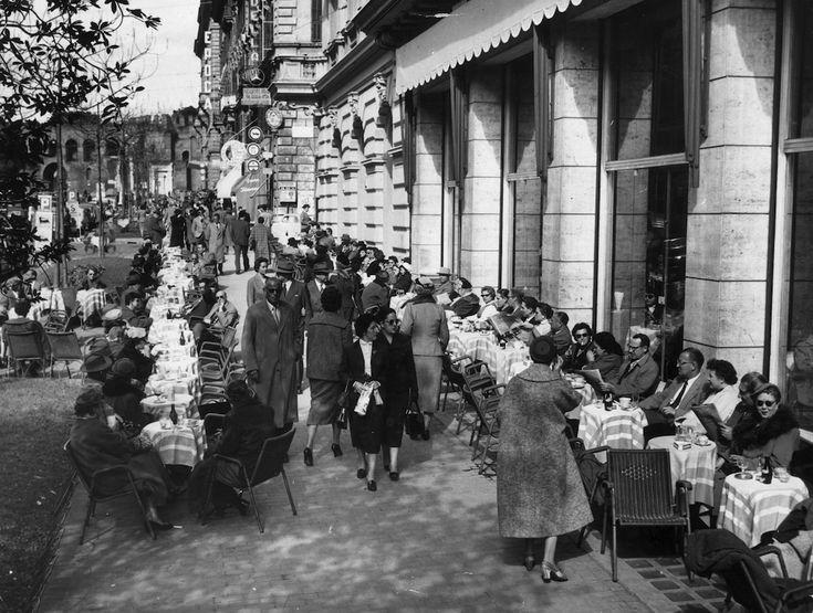 Roma negli anni Cinquanta, solita e stupenda: Via Veneto affollata, nel 1958. (Keystone/Getty Images) - Il Post