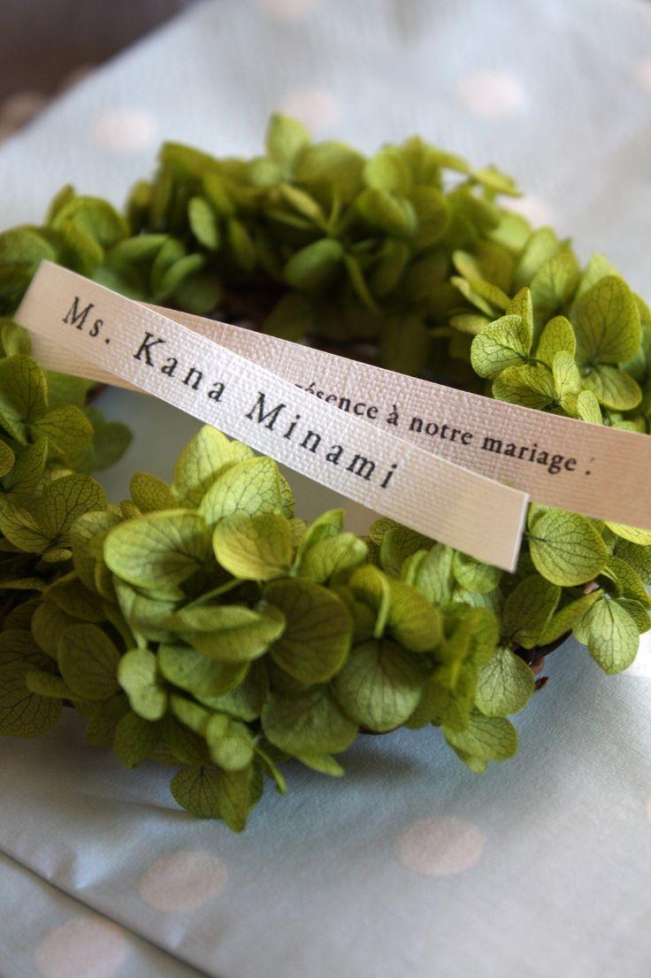 ナフキンフラワー アナベルのミニリースにゲストの名前や メッセージを印刷したカードを添えて 席札にも。