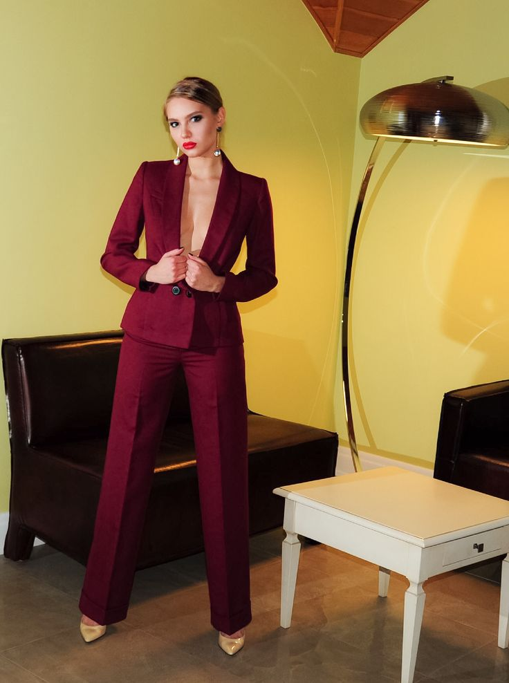 На Лизе брючный костюм двойка Пиджак-смокинг Состав: шерсть 100% Доставка бесплатная 🌎 Цена 16.000₽