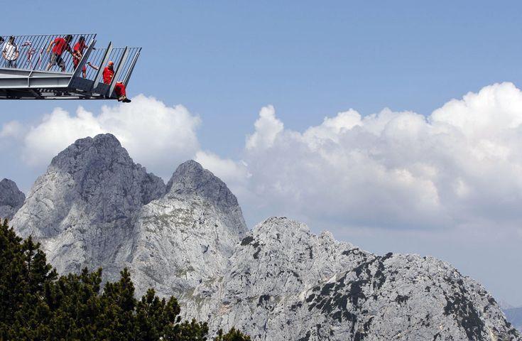 ALPSPIX, ALPSPITZ (ALEMANIA). Dos brazos de acero trazan una 'X' y se asoman al paisaje alpino en la estación de Alpspitz, en Baviera. Aunqu...