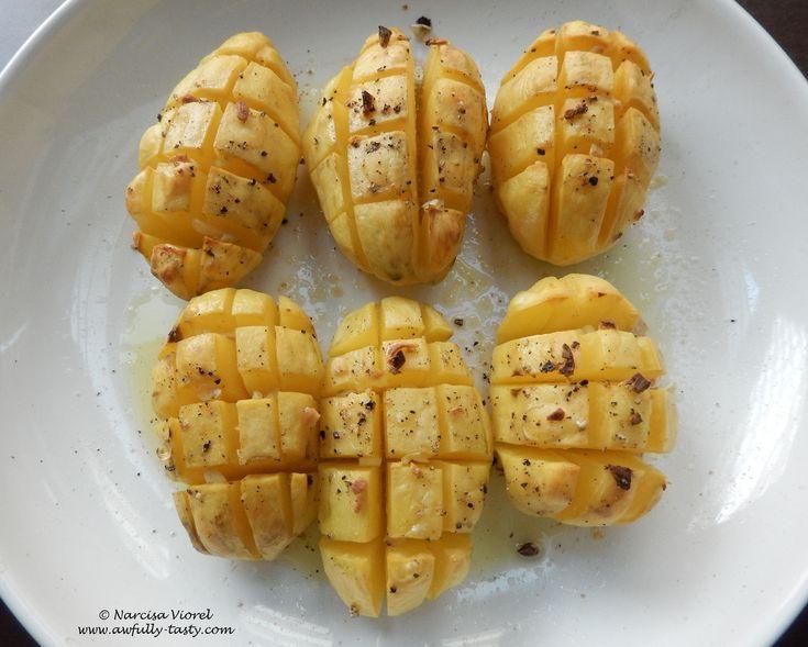 Cartofi copti cu usturoi.  Roasted garlic potatoes! Delicious!