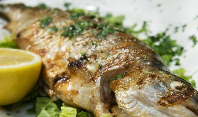 Gegrillter Wolfsbarsch mit mediterranem Gemüse | HeuteInForm.at