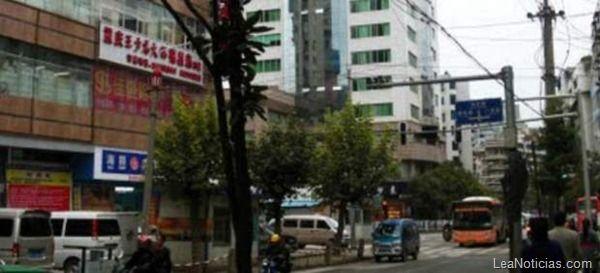 Cinco niños chinos murieron asfixiados en un contenedor de basura - http://www.leanoticias.com/2012/11/19/cinco-ninos-chinos-murieron-asfixiados-en-un-contenedor-de-basura/