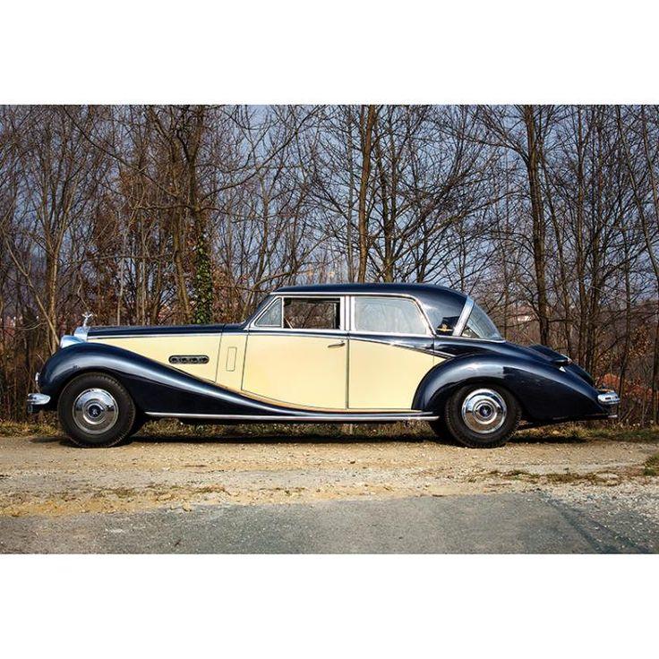 Phantom II C.C. 7.668, anno di produzione: 1929. Motore a corsa lunga 6 cilindri bi-blocco, cambio 4 marce manuali, prodotta dal 1929 al 1936 in 1.680 esemplari. Vettura in buona parte conservata, ricarrozzata per il noto attore argentino Luis Sandrini, guida a sinistra (LHD), documenti italiani.