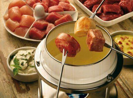 Prato típico suíço, o fondue de carne é para ser degustado no inverno. É preparado em panela própria (coquelon) sobre um fogareiro (réchau