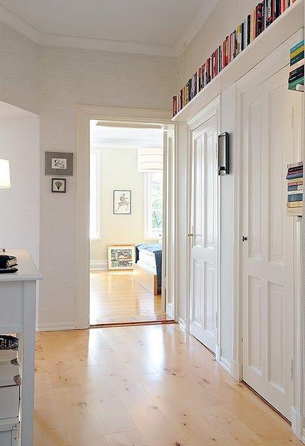 Libri? Lo spazio si trova ovunque, anche sopra le porte, con lunghe mensole!!