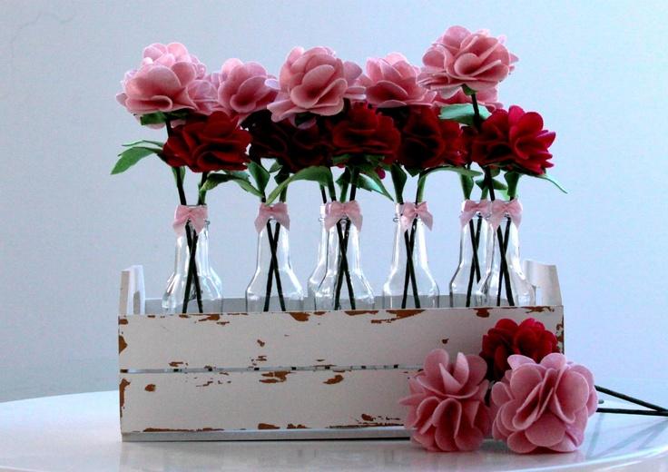 Caixote com flores de feltro.