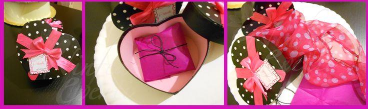 50esimo compleanno tema shopping: cadeau di fine festa? Foulard realizzato appositamente per le invitate e consegnato in scatola personalizzata
