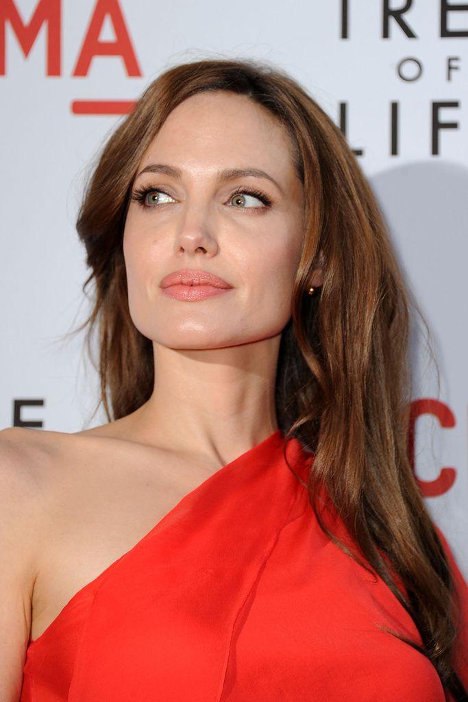 IInfusiones para cambiar el tono del cabello: La camomila es por todos conocida como un aclarante de los cabellos claros y es capaz de aportar una luminosidad increíble a los castaños (perfecto para lucir un tono como el de Angelina Jolie). Para los cabellos oscuros, nada mejor que la infusión de hiedra, que elimina su opacidad y potencia el brillo.