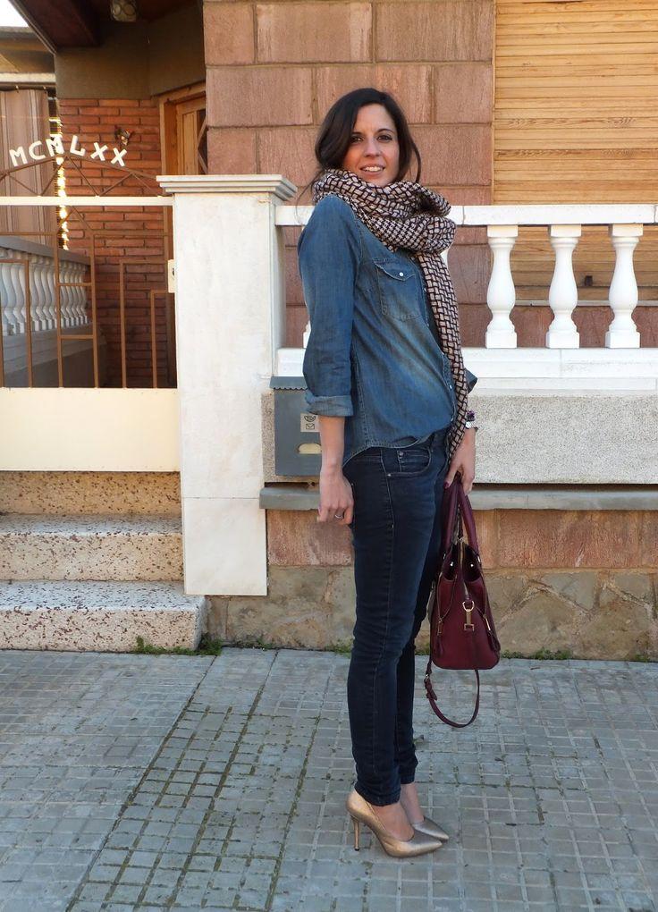 Fashion blogger española con look denim y zapatos dorados de Menbur.