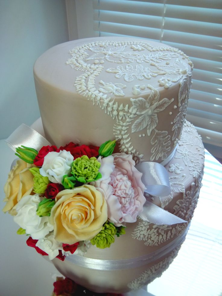 Свадебный торт с букетом невесты и кружевом
