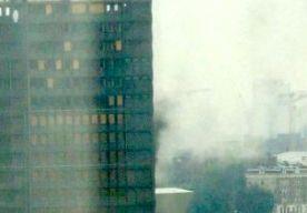 14-Oct-2014 13:51 - BRAND IN OUDE SHELL-TOREN A'DAM. In de voormalige Shell-toren in Amsterdam-Noord heeft een brand gewoed. De brandweer had de brand op de vijfde verdieping al snel onder controle. Rond 13.00 uur werd het sein brand meester gegeven. Het gebouw staat leeg. Vermoedelijk is de brand ontstaan bij slijpwerkzaamheden. Volgens de brandweerwoordvoerder was het geen grote brand, maar was het wel bijzonder om rook uit zo'n bekend gebouw te zien komen. Ambulancepersoneel...