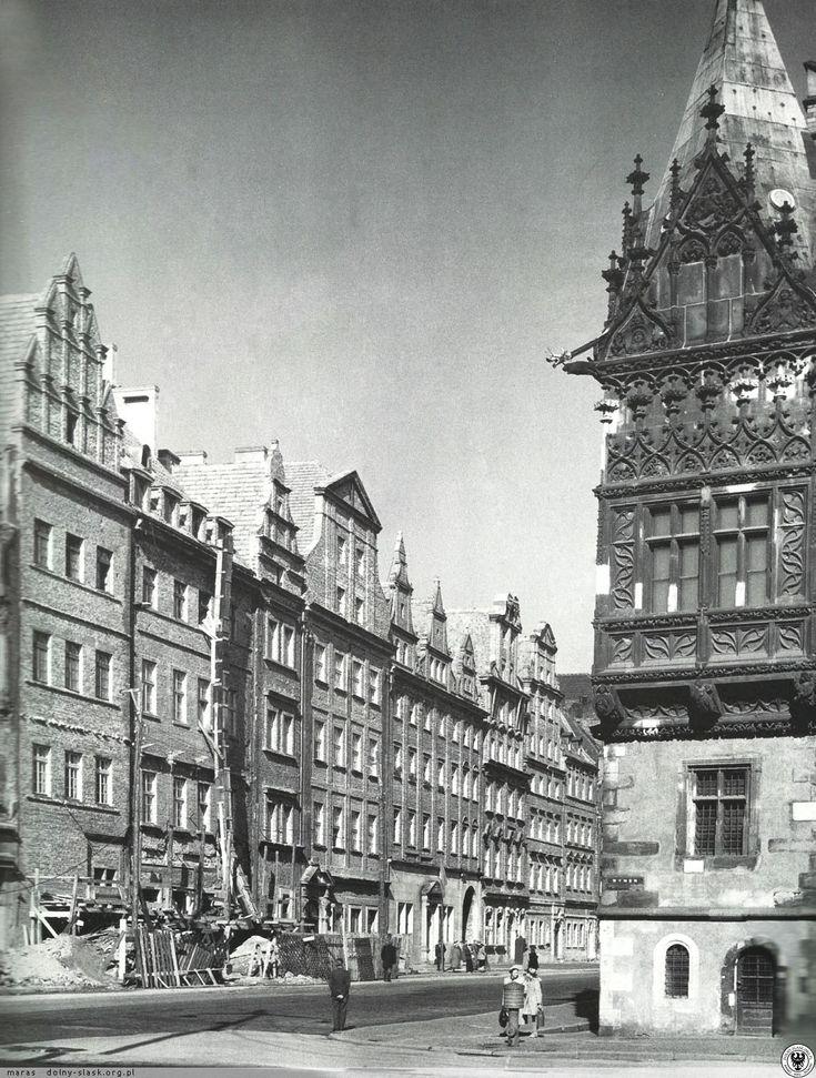 Wykusz wschodni Ratusza i odbudowane kamienice południowej pierzei Rynku. Fot. S. Arczyński.1955