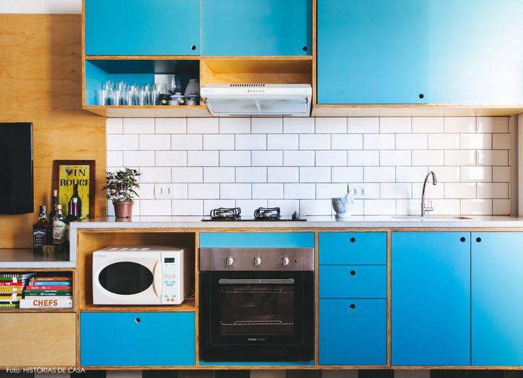 Armário de cozinha feito com compensado naval e revestido com fórmica na cor azul.