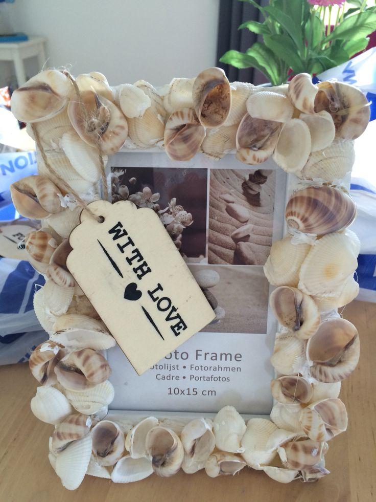 Schelpen lijstje Foto lijstje met hout. Verschillende schelpjes Lijmpistool en plakken maar Evt. Gele lijm vlekken met witte verf wegwerken!