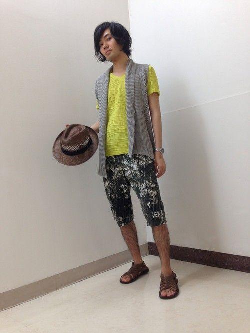 ニットベストとイエローのTシャツ、柄のショートパンツで夏のリゾートスタイルです。せっかくなのでハット