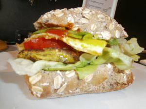 Falafelburger op speltbol