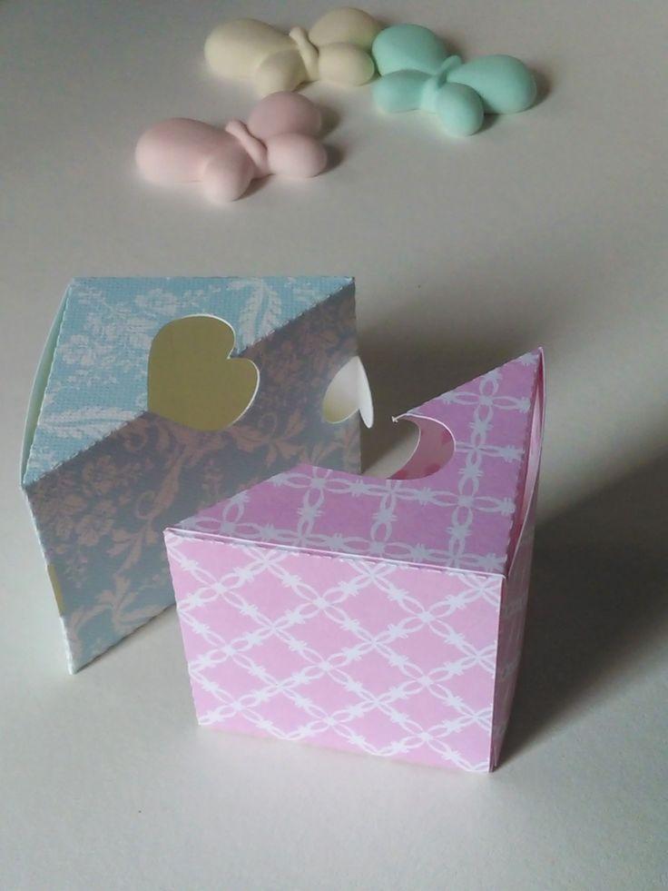 Scatola portaconfetti per battesimo di gemelli, composta da due parti simmetriche che si incastrano formando un cubo perfetto.