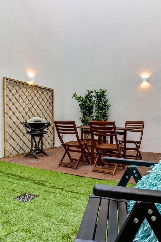 Un espace vert avec mobilier de jardin.
