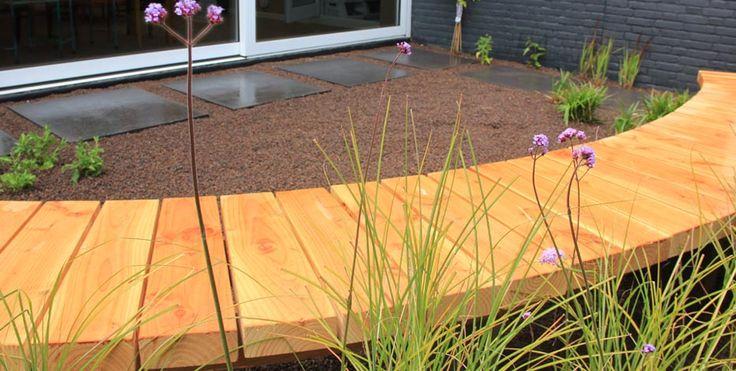 Moderne tuin met ronde bank van douglas hout www.jeroenhamers.nl