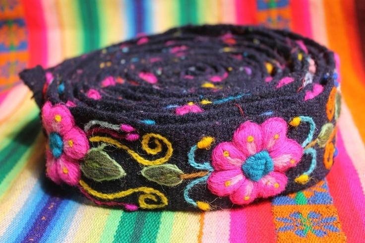 Deze leuke geborduurde riemen komen uit de regio Ayacucho in Peru, waar het breien en weven van bloemen tot een kunst verheven is. De riemen worden ge