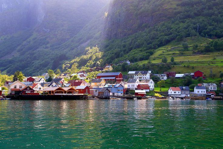 Ундредал, Норверия / Undredal, Norway  Маленькая деревушка в Нерей-фьорде. До 1988 года здесь даже не было дороги с соседними селами. Здесь проживает около 100 человек (и более 300 коз).