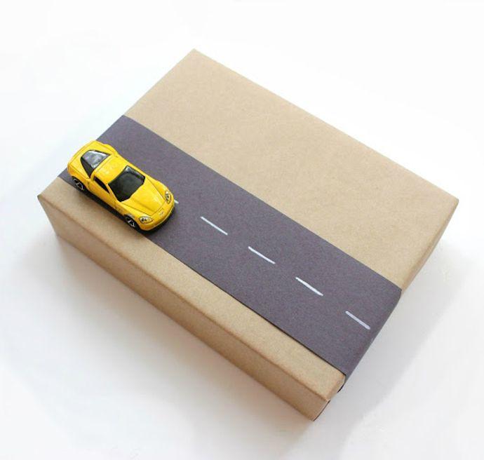 Envoltorio de regalo infantil con papel kraft y coche de juguete